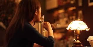バーで飲む女性.jpg